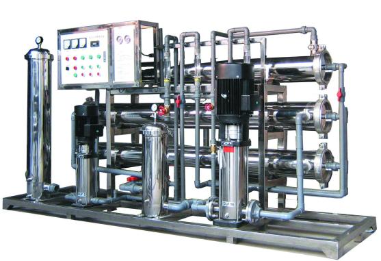 贵州矿泉水设备国际矿泉水标准制造国内领先生产  矿泉水设备是以膜两侧压力差为动力,以机械筛分原理为基础的一种溶液分离 ,使用压力通常为0.2MPa--0.6MPa,分离孔径1nm--0.1m,可广泛应用于物质的分离、 浓缩、提纯。超滤过程无相转化,常温操作,对热敏性物质的分离尤为适宜,并具有良好的耐温、耐酸碱和耐氧化性能,能在60 以下,PH为2-11的条件下长期连续使用。 管式超滤器流通状况好,不易堵塞、易清洗,适用于电泳涂漆回收、果汁浓缩、硅溶胶生产、油水分离等应用中。 卷式超滤器具有:  膜面积
